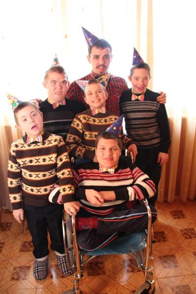 zuhause ist wo wir beisammen sind waisen und kranke kinder von zaporoshye ukraine. Black Bedroom Furniture Sets. Home Design Ideas