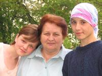 Катя и Оля с любимой воспитательницей.