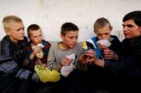 Участь детей улиц: клей, наркотики, СПИД? (шокирующий фоторепортаж)