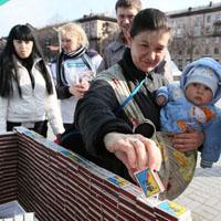 Фотовидеорепортаж: в Запорожье построили домик из 2555 спичечных коробков, чтобы помочь детям-инвалидам